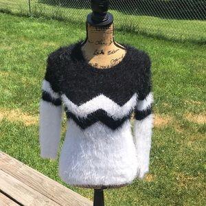 💚FuZZy Black & White sweater